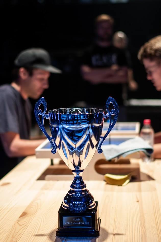 Puchar przeznaczony dla Mistrza Świata w grę KLASK.